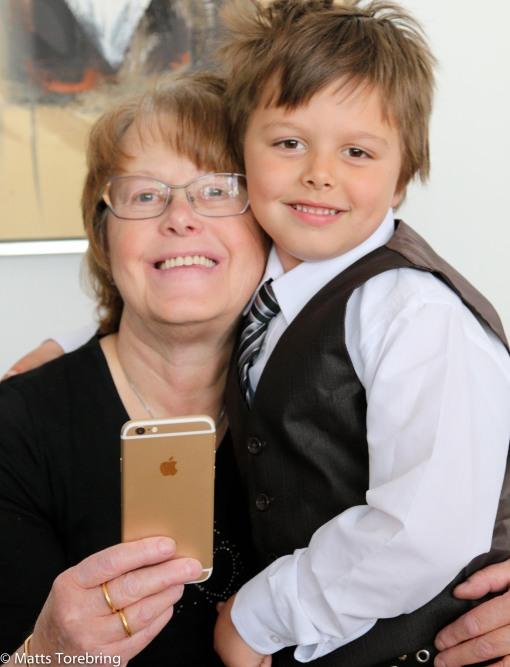 Linus ger farmor en grattiskram på mors dag 2015