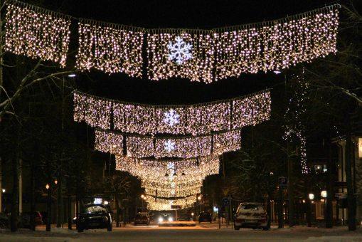 Ny julbelysning på Köpmangatan i Aneby centrum.