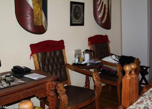 Fina möbler, sköna sängar men lite med skåp.