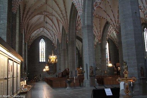 Inne i kyrkorummet.