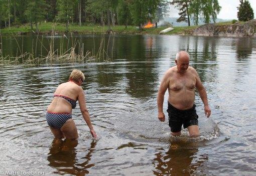 Det kom några från campingen och vägade sig i det kalla vattnet