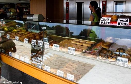 """I brödbutiken, som är en """"lucka i väggen"""" jobbar 3- 4 personer."""