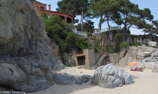 Ovanför stranden ligger en villa