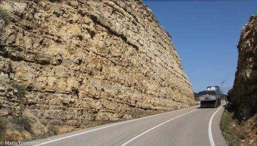 Mäktiga berg som vägen går igenom