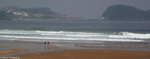 Vågorna är enorma som rullar in