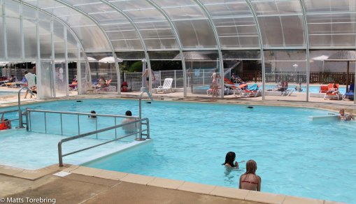 En pool under tak kan väl inte vara så vanligt?