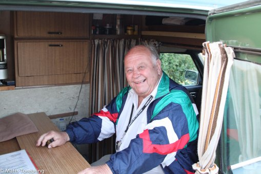 En glad dansk herre visade runt i hela bilen.