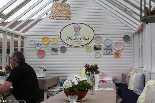 Sedan gick vi till Moster Elins glasscafé på vägen hem.