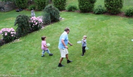 Lek med barnbarnen efter maten.