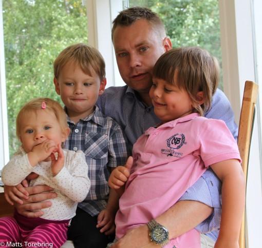 Mikael har fångat upp våra tre barnbarn.