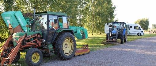 Överallt står det maskiner och jordbruksredskap och nu även en husbil.