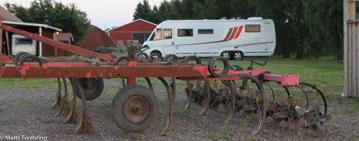 Överallt står det jordbruksmaskiner.