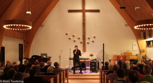 Erling Lundberg sjunger för en fullsatt kyrka.