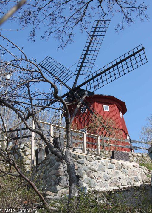 Den gamla väderkvarnen syns på långt håll