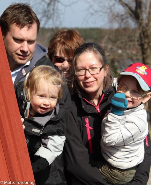 Familjen samlad vid väderkvarnen