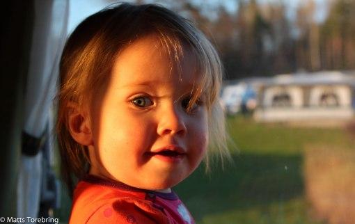 Måste jag sova redan sa Nelly och tittade ut i fönstret i morfars  & Mormors husbil.