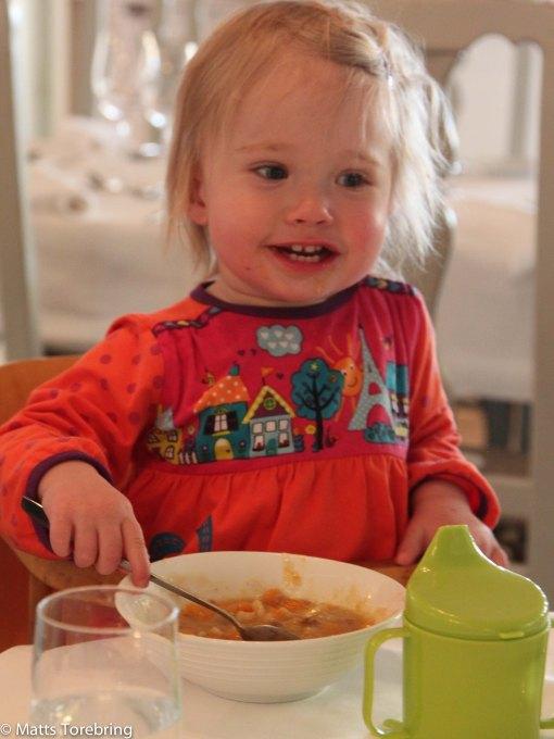 Nelly åt medhavd kalops och potatis med glupsk aptit.