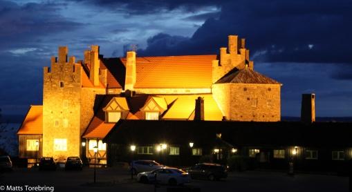 Restaurang Gyllene Uttern i kvällsbelysning