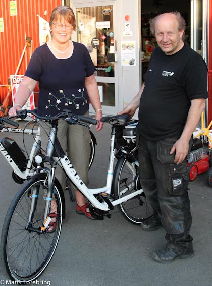 Inge Bengtsson överlämnar en Giant elcykel till Birgitta