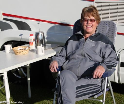 Strax efter klockan sju kunde vi dricka morgonkaffe ute i solskenet