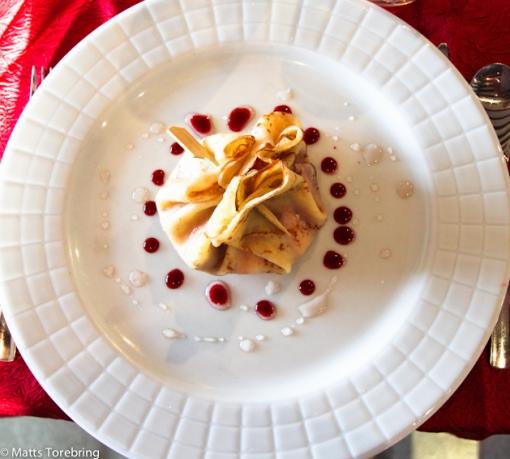 Panacotta inknuten i en pannkaka till dessert