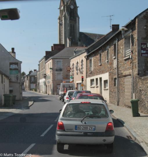 Vi passerar genom ett helt oräkneligt antal  små byar och rondeller