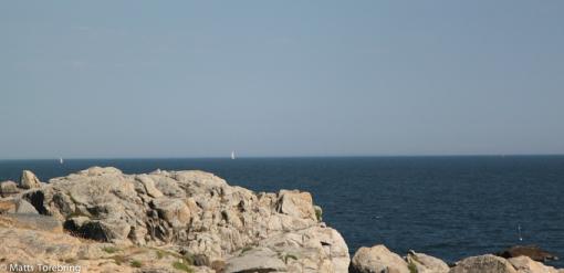 Vassa klippavsatser hela vägen utmed havet