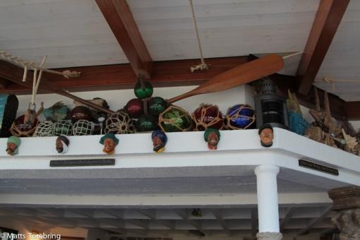 Väggar och tak är fulla av gamla och nya fiskreskap och dekorationer