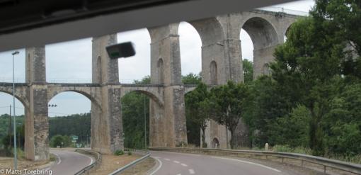 Vi kör de mest underliga väger, här under en märklig bro.