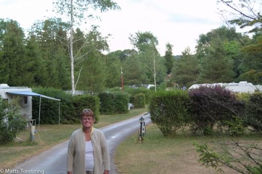 Birgitta poserar på vår gata och vi gillar denna campingen