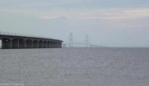 Vi gick en kvällpromenad och tittade på detta enorma brobygget