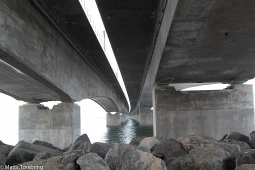 En biltransportbro och en järnvägsbro