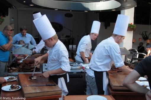 Fyra kockar har ett jättejobb att hinna med att skära upp kött till alla.