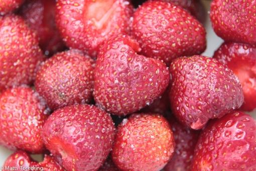 En skål härliga jordgubbar inköpta i Löttorp.