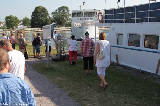 Redan halv tio är kön 50 meter lång till vår båt