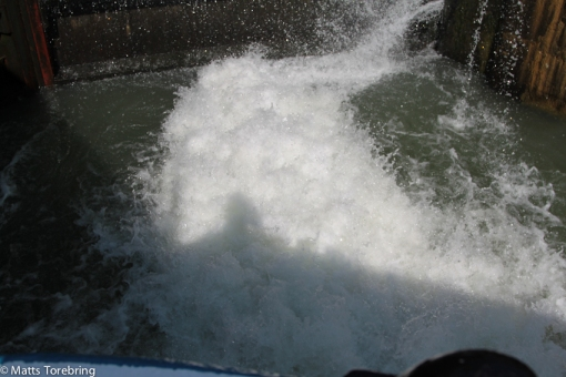 Bottenluckorna öppnas och lyfter upp båten