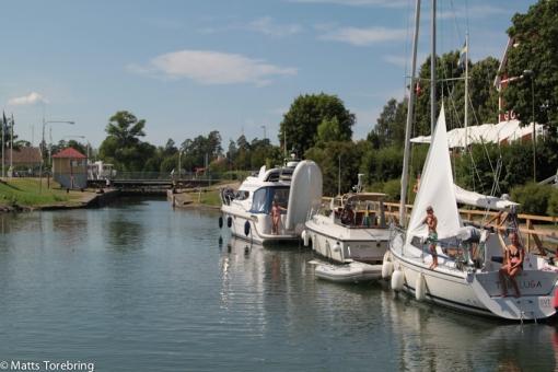 Flera båtar ligger still och solar sig