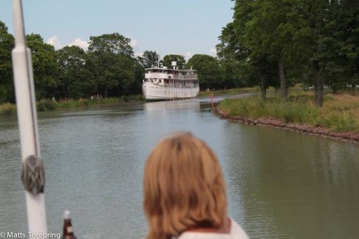 Varför ligger den stora båten still där ?