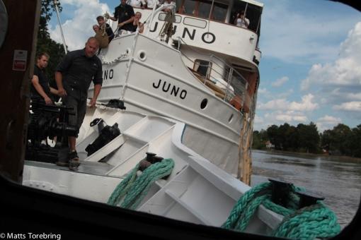 Vår båt ska försöka dra loss den.