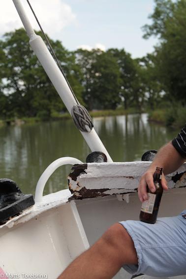 Vår båt slets sönder i fören vid försöket att dra loss den stora båten.