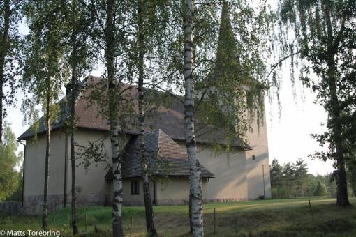 En märklig kyrka som ligger nästan mitt i skogen