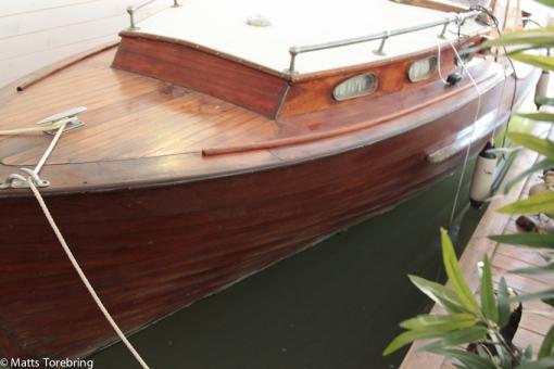 En båt ligger startklar i restaurangen, kanske till Rusken runt.