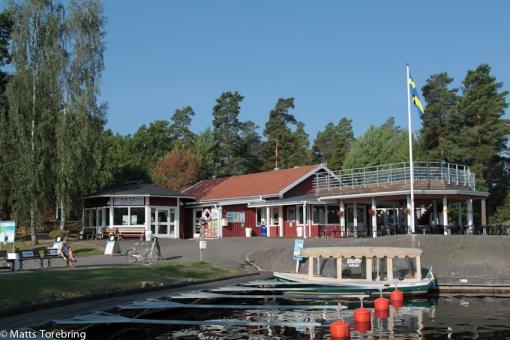 Café & restaurang sett från båtbryggan