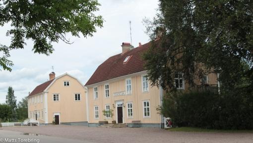 Säby sockenstuga och Säby skola ligger intill kyrkan.