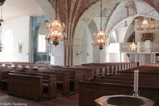 Kyrkan tar emot 565 besökare, varav 15 på läktaren