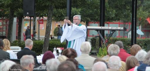 Vår fantastiske präst i Svenska Kyrkan Peter Andreasson delade ut nattvarden till slut.