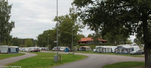 Förvånansvärt många husvagnar och husbilar finns kvar på campingen