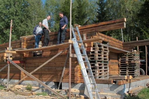 På samma gård byggs ett Siljanshus