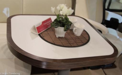 En jättestor bobil med absolut minsta bordet