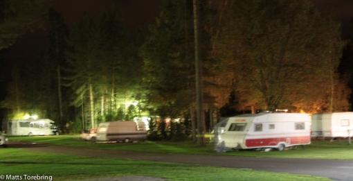 Kvällsmörker över campingen